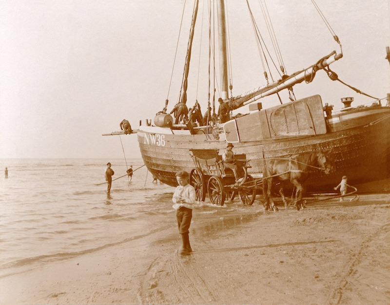 Visserij- Bevoorraden voor de afvaart (Collectie Tappenbeck, 1901)